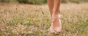 Une pieds nus